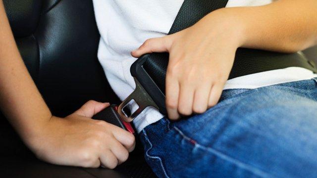 Já reparou como o seu filho se senta na cadeirinha do automóvel?
