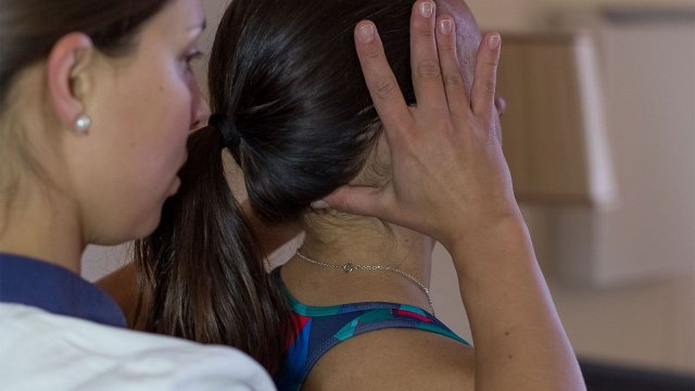 Quanto pesa a sua cabeça para os seus ombros?